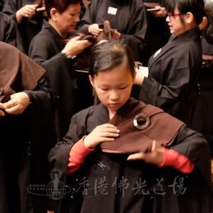 十歲田欣平與姑媽田妃冉(左)一同複戒,正授後搭衣。