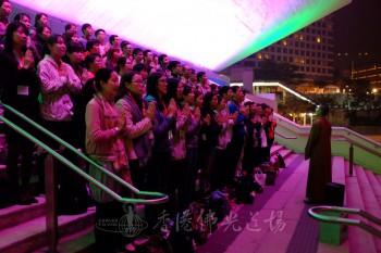 梵唄讚頌團的青年們在紅館外練習,