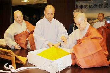 通度寺贈送佛陀金襴袈裟給佛光山。 圖/人間社資料庫提供