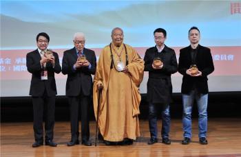 星雲大師頒獎給傳播貢獻獎及文學貢獻獎得主。 圖/人間通訊社提供