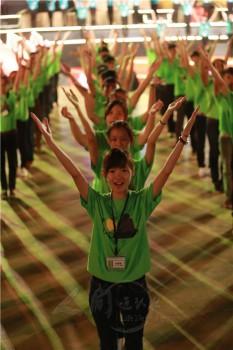 馬來西亞莎亞南體育場舉辦的八萬人弘法大會,現場有二千多名青年對八萬名聽眾大聲唱著〈佛教靠我〉。 圖/人間通訊社提供