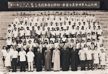 早期大專佛學夏營成員,有的成為醫生,為大師治療。圖/人間福報提供