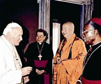 大師在梵蒂岡與天主教若望保祿二世對話。左起教宗、高雄教區單國璽主教、大師。圖/佛光山提供