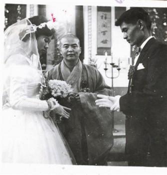 一九六○年,星雲大師為李奇茂先生與張光正小姐福證。圖/佛光山提供