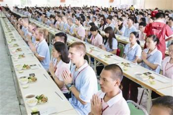 世界各地學佛青年學習過堂。圖/佛光山提供