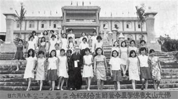 一九六九年佛光山大專佛學夏令營師生合影。