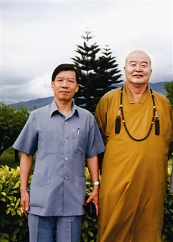 張培耕(左)與大師合影。