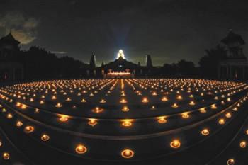 以點燈來點亮內心的慈悲與智慧光明。圖/佛光山提供