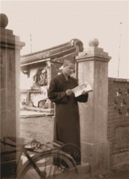 大師站在雷音寺門口。 圖/法堂書記室提供