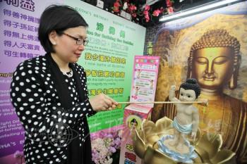 民政事務局副局長許曉暉太平紳士以感恩之心進行浴佛。