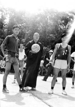 熱愛運動的大師為球賽開球。 圖/法堂書記室提供