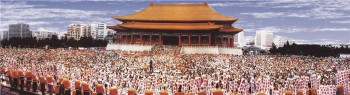 一九九七年,國際佛光會在台北中正紀念堂舉辦「三好運動」大會師,八萬慈悲愛心人齊聚,實踐三好運動。 圖/佛光山寺提供