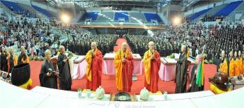 佛光山在新莊體育館舉行三皈五戒典禮,吸引6000人參與受戒。 圖/人間通訊社提供