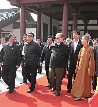 前總書記江澤民先生(左三)至揚州鑑真圖書館參訪,大覺寺都監妙士法師接待。2009.04.15 圖/法堂書記室提供