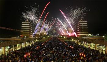 佛陀紀念館新春期間吸引大批人潮看煙火。 圖/人間通訊社提供