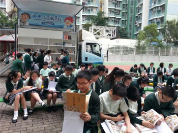 雲水書坊–行動圖書館開進校園,帶給學子更多元的閱讀。 圖/法堂書記室提供