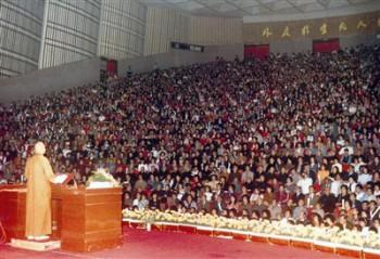 大師每年於台北國父紀念館講經,長達三十年,場場滿座。