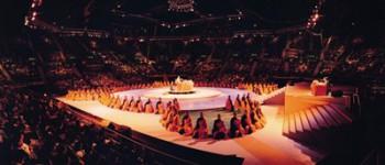 一九九六年大師於紅磡香港體育館宣講《阿含經》,二萬餘人聽講。