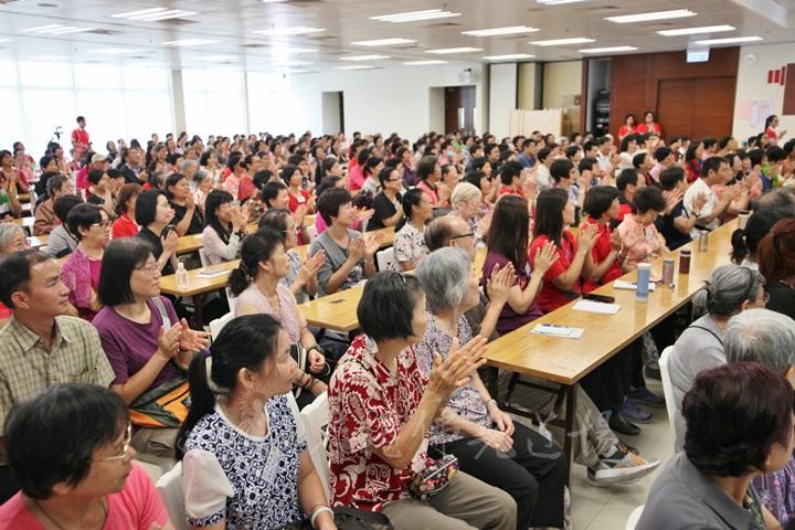 大眾在香港佛光道場福慧家園歡喜地納受法語