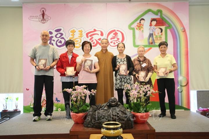 三年全勤出席的蕭賽真、李悅珍、萬玉領、方惠娥、吳雪冰和萬展鴻獲住持頒贈《貧僧有話要説》
