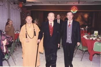 八十三歲的吳修齊居士(中)回山慶祝壽誕。 圖/佛光山寺提供