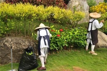 負責園藝的法師辛勤修剪花木。 圖/人間通訊社提供