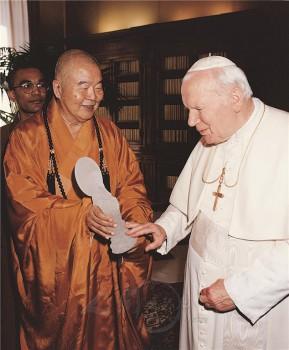 大師與教宗若望保祿二世對話,臨別前,大師以石雕的觀音聖像相贈。 圖/佛光山寺提供