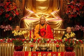 大師在紅磡香港體育館主持三皈五戒典禮。 圖/人間通訊社提供