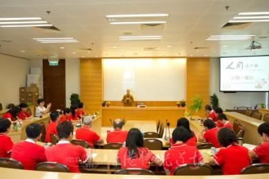 7月19日人間社社長妙開法師與香港人間社組員座談,交流撰寫新聞稿的要訣。