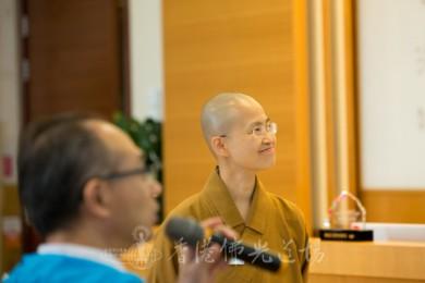 人間社組員王木偉在讀出報導範例,妙開法師會心微笑。