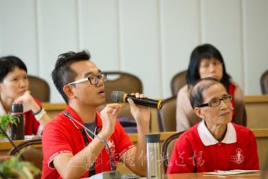 人間社組員潘浩雲專心讀出妙開法師的引例