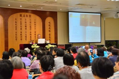 覺梵法師教導義工如何硏讀《獻給旅行者們365日─中華文化佛教寶典》