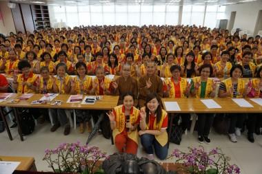 結朿前,新會員、分會長、幹部與國際佛光會香港協會秘書長永富法師及佛光道場覺毓法師、大會義工等一起合照。
