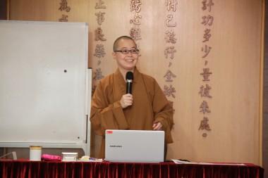 覺毓法師為新會員授課。
