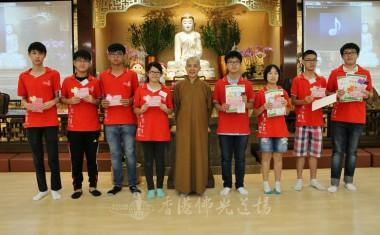 青少年班得獎者與住持合影。