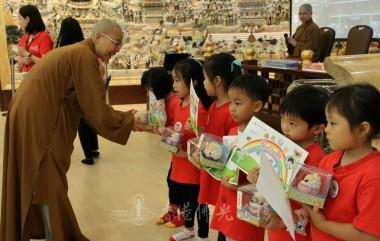 住持頒發獎狀及禮物予兒童班學員。