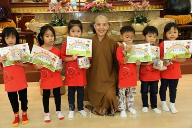 兒童班得獎者與住持合影。