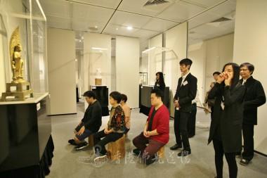 來賓坐在佛前,以心觀想佛像,感受佛像給予的靜心、攝心。