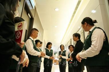 陳瑞燕教授指導美術館工作人員如何帶領參觀者作「禪的旅程」。