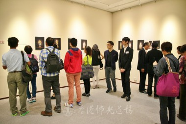 開幕禮開始前,來賓眾多,對不同朝代的佛像造型作深入了解。