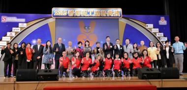 永富法師與眾主禮嘉賓及獲獎團體代表於台上合照