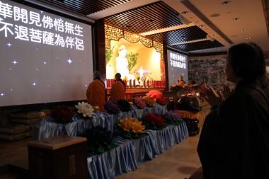 大眾在悉心調較的燈光下專心念佛 - 高僖東攝