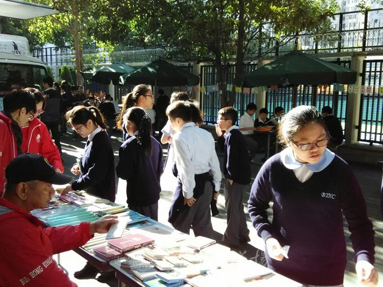 道場流通處隨書車到佛教大雄中學設書展,同學細心選購圖書文具。