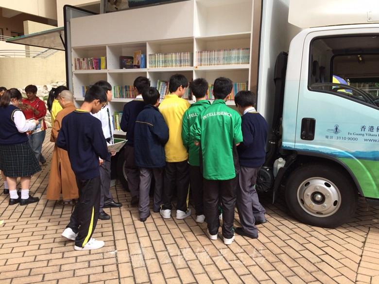 寶覺中學同學利用午膳時間閱讀。