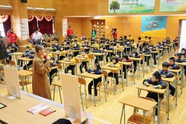 100位一年級學生在禮堂歡迎住持