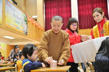 在慈敬學校,教小學生從吃臘八粥學習感恩惜福。 圖/人間社記者黃偉強