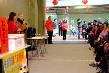 與議員合作,與社區街坊分享臘八粥。 圖/人間社記者陳美宜