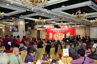 住持永富法師向近800位參加團年活動的長者作開示。  攝影:李誠翰