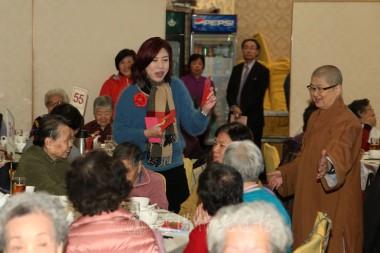 社會福利署九龍城及油尖旺區策劃及統籌小組社會工作主任李嘉麗女士向長者送上紅包、拜早年。   攝影:李誠翰