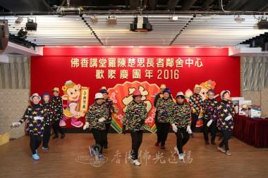 『佛香奇才展活動』的13位長者在台上大跳熱舞,部分表演長者年過80,活力不遜於年青人。     攝影:李誠翰